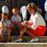 Princess Diana with sons William & Harry in Majorca in 1988 as guests of King Juan Carlos of Spain Fotografisk tryk