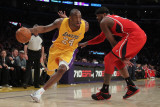 Atlanta Hawks v Los Angeles Lakers, Los Angeles, CA - February 22: Kobe Bryant and Josh Smith Photographie par Jeff Gross