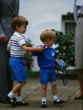 Prince Harry wearing a blue sweatshirt shorts and thomas the tank engine bag with Prince William on Fotografisk tryk