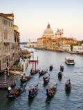 Flotilla de góndolas dirigiéndose a la iglesia de Santa Maria della Salute por la tarde temprano Lámina fotográfica por Christopher Groenhout