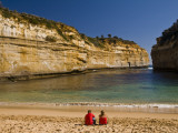 Tourists on the Beach at Loch Ard Gorge Fotografie-Druck von Glenn Van Der Knijff