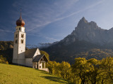 San Valentino Church, on Edge of High Plateau of Alpe Di Siusi Fotografie-Druck von Glenn Van Der Knijff