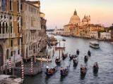 Flotille af gondoler på vej til Chiesa Di Santa Maria Della Salute en tidlig aften Fotografisk tryk af Christopher Groenhout