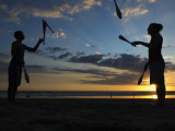 Silhouetted Jugglers on the Beach Impressão fotográfica por Christian Aslund