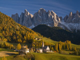 San Maddalena Church in Val Di Funes, with Peaks of Parco Naturale Puez-Odle in Background Fotografie-Druck von Glenn Van Der Knijff