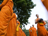 Buddhist Monks on their Morning Walk to Collect Food Photographie par Felix Hug