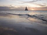Catamaran at Sunset Seen from Bucuti Beach Resort on Eagle Beach 写真プリント : ホルガー・ロイエ
