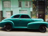 Classic 1950's Car Parked Outside House in Chinatown District Impressão fotográfica por Christian Aslund
