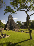 The Great Plaza at Tikal Archeological Site. Papier Photo par Diego Lezama