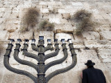 The Wailing Wall and Hanuka Chandelier Lámina fotográfica por Izzet Keribar
