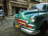 Vintage 1950's Car Parked on Street in Vedado District Lámina fotográfica por Christian Aslund