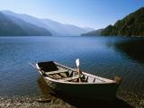 Dinghy on Beach at Lago Curruhue, Lake District Reproduction photographique par Grant Dixon