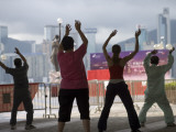 People Doing their Morning Tai Chi, Tsim Sha Tsui Fotografisk tryk af Greg Elms