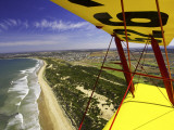 Aerial View of Coastline Near Torquay from Tiger Moth Biplane, with Plane Wing in Foreground 写真プリント : ディヴィッド・ウォール