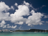 Boats Moored at Whitehaven Beach on Whitsunday Island Fotografie-Druck von Glenn Van Der Knijff