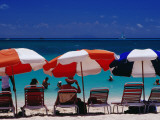 People in Sea and under Beach Umbrellas at Philipsburg Beach on Great Bay. Photographie par Richard l'Anson