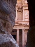 Al Kazneh (The Treasury) from Siq Photographie par Simon Foale