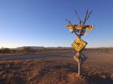 Road Sign Near Parachilna, Flinders Ranges Fotografisk tryk af Michael Gebicki