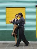 Pair of Tango Dancers Performing on Streets of La Boca Fotografie-Druck von Brent Winebrenner