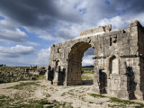Arch of Triumph at Ruined Roman City of Volubilis Photographie par Orien Harvey
