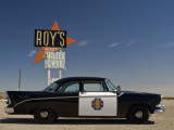 1956 Dodge Coronet Police Cruiser at Roys Motel and Cafe in Amboy Fotografie-Druck von Witold Skrypczak