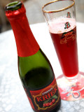 Black Cherry Test Lindemans Kriek Beer Served in Local Bar. Fotografie-Druck von Bruce Bi