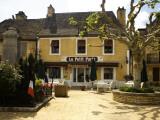 "Restaurant ""Le Petit Paris"" in Daglan Fotografie-Druck von Barbara Van Zanten"