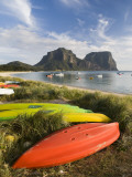Canoes and Kayaks Lining Lagoon Beach with Mt Gower and Mt Lidgbird in Distance Photographie par Rachel Lewis