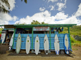 Sharks Cove Surf Shop with New Surfboards Lined Up at Front 写真プリント : メルテン・シュナイデルス