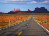 Interstate 163 Approaching Monument Valley with Sentinel Mesa in Backgound Photographie par Ruth Eastham & Max Paoli
