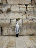 Man Wearing Prayer Shawl (Tallith) Praying at Western Wall Lámina fotográfica por Brian Cruickshank