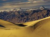 Mesquite Flat Sand Dunes with Amargosa Range in Distance Fotografie-Druck von Witold Skrypczak