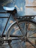 Cykel lutad mot en målad vägg Fotoprint av April Maciborka