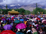 Audience at Dalai Lama Sermon and Zansker Range in Distance, Choglamsar Fotografie-Druck von Richard l'Anson