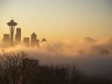 Morning Fog around Skyline with Sihouette of Space Needle and City Buildings Photographie par Aaron McCoy