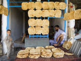 Men and Boys at Traditional Afghan Bakery Photographie par Tony Wheeler