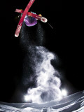 Skier Jumping and Grabbing His Skis at Mount Bachelor Lámina fotográfica por Tyler Roemer