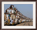 Pakistani Sunni Muslims Return Back to their Homes after Attending an Annual Religious Congregation Framed Photographic Print