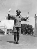 Sikh Traffic Policeman Standing in Middle of Street, Directing Traffic, Singapore Fotografisk tryk af H. Armstrong Roberts