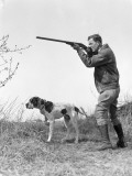 Upland Bird Hunter With Pointer Dog, Taking Aim Reproduction photographique par H. Armstrong Roberts