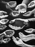 Helping Hands Lámina fotográfica por H. Armstrong Roberts