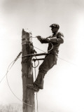 Man Worker, Working Atop Utility Pole, Installing Electric Wires For Power Utilities Photographie par H. Armstrong Roberts