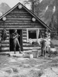 Couple at Log Cabin Fotografisk tryk af H. Armstrong Roberts