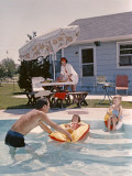 Retro Family in Backyard, Showing an In-Ground Swimming Pool Fotografisk tryk af H. Armstrong Roberts