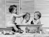 Three Babies in Wash Tub, Bathing Fotografisk trykk av H. Armstrong Roberts