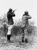 Two Men Hunting Photographie par H. Armstrong Roberts