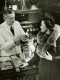Pharmacist Fills Prescription For Woman Photographie par George Marks