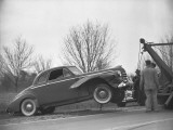 Tow Truck Lifting Broken Car Photographie par George Marks