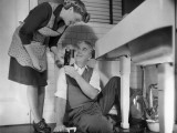 Mature Couple Fixing Kitchen Plumbing Photographie par George Marks