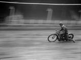Coureur motocycliste sur une piste en terre battue Reproduction photographique